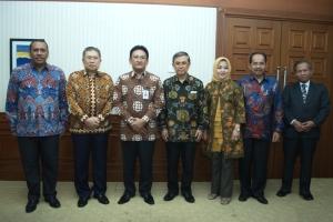 Foto bersama Rektor PT 7 Regions Kemitraan Tata Kelola PS